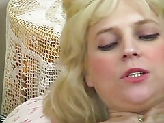 Amateur blonde stuffs her ass and pussy with