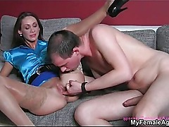 Horny mature woman gets her wet cunt