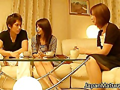 Japanese mature women have a threesome part3