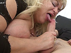 Amateur big mature mom fucks her sons friend