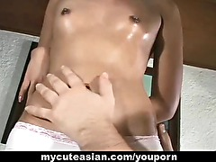 Asian amateur gets her shaved pussy fucked