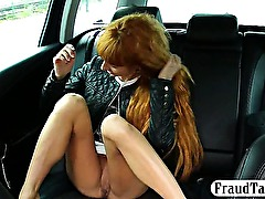 Amateur fucked at the backseat of a taxi with its driver