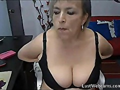 Mature woman masturbates on cam